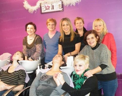 Pendant une journée, l'équipe du salon soliss a coiffé bénévolement des bénéficiaires des restos